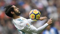 Pemain lincah Real Madrid, Isco menempati peringkat ketiga dengan koleksi lima gol pada daftar top scorer Madrid. (AFP/Gabriel Bouys)