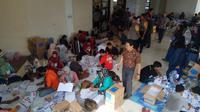 Kepolisian mengamankan proses pelipatan surat suara di gudang KPU Kebumen. (Foto: www.sulawesita.com/Polres Kebumen/Muhamad Ridlo)
