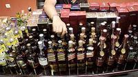 Sejumlah botol miras merek asing berisi oplosan air mineral, alkohol 96% dan minuman berkarbonasi, yang berhasil diamankan di Mapolwiltabes Surabaya. (ANTARA)