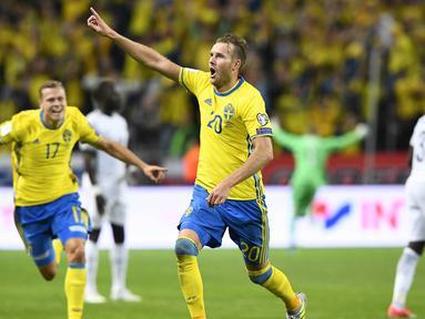 Penyerang Swedia, Ola Toivonen, merayakan gol yang dicetaknya ke gawang Prancis pada laga kualifikasi Piala Dunia 2018 di Stadion Friends Arena, Solna, Jumat (9/6/2017). Swedia menang 2-1 atas Prancis. (AFP/Jonathan Nackstrand)