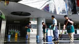 Pekerja membersihkan puing-puing di terminal domestik Bandara New Chitose setelah gempa bumi di Chitose, Hokkaido, Jepang utara, Kamis, (6/9). Gempa magnitudo 6,7 yang mengguncang Hokkaido kemudian memicu tanah longsor. (Hiroki Yamauchi/Kyodo News via AP)