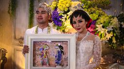 Dalam akad nikah, Raffi Ahmad menyerahkan mas kawin berupa uang sejumlah Rp17.022.014, Jakarta, (17/10/14). (Liputan6.com/Faizal Fanani)