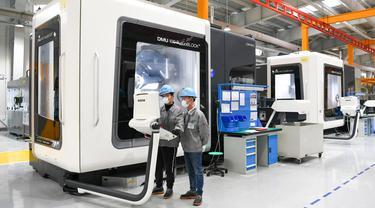 Sejumlah orang bekerja di pabrik pembuatan komponen pesawat terbang di zona teknologi tinggi Wuxi, Jiangsu, China (26/2/2020). Sebanyak 8.200 perusahaan di zona teknologi tinggi Wuxi telah memulai kegiatan produksinya kembali, termasuk 5.302 perusahaan industri di zona tersebut. (Xinhua/Li Bo)