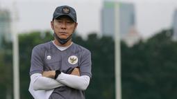 Pelatih timnas Indonesia, Shin Tae-yong, mengamati anak asuhnya saat sesi latihan di Lapangan D Senayan, Jakarta, Rabu, (10/2/2021). Latihan tersebut untuk persiapan SEA Games 2021 di Vietnam. (Bola.com/M Iqbal Ichsan)
