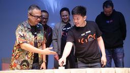 Derek Hsu selaku CFO 88rising bersama Deputi Pemasaran BEKRAF Joshua P. M. Simandjuntak melakukan penandatangan kerjasama di Jakarta, Rabu (24/4/2019). Bekraf berkolaborasi dengan 88rising untuk mencari talenta baru di industri musik tanah air (Liputan6.com/HO/Randy)