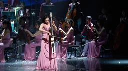 Pertunjukan Orkestra Samjiyon dari Korea Utara saat tampil di Gangneung, Korea Selatan, Kamis (8/2). Mereka memainkan lagu-lagu dari Korut dan Korsel serta lagu musikal Broadway. (Kim Hong-Ji / Pool via AP)