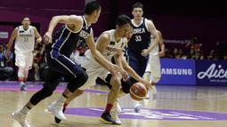 Pebasket Indonesia, Abraham Damar Grahita , berusaha melewati pebasket Korea Selatan pada laga Asian Games 2018 di Hall Basket GBK, Selasa (14/8/2018). (Bola.com/Peksi Cahyo)