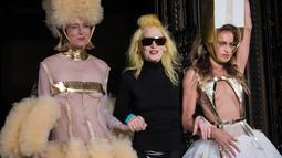 Desainer Pam Hogg (tengah) bersama Penyanyi Roisin Murphy (kiri) dan Model Alice Dellal berjalan di atas catwalk selama pertunjukan busana Spring / Summer 2019 di London Fashion Week di London, (14/9). (Photo by Vianney Le Caer/Invision/AP)