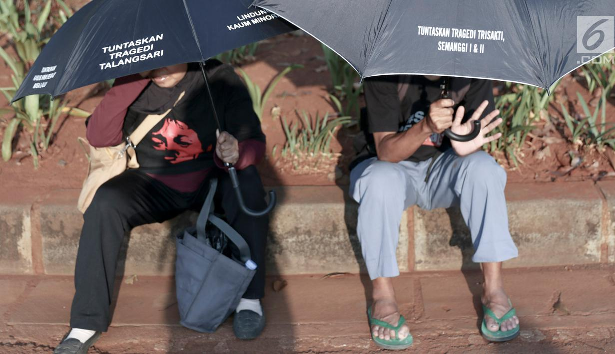 Foto Bawa Payung Hitam Aksi Kamisan Ke 551 Digelar Di Depan Istana Paayungg Besarr 1 7