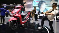 Pengujung mendokumentasikan Yamaha FreeGo yang diluncurkan di acara IMOS 2018 di JCC, Senayan, Jakarta. (Herdi Muuhardi)