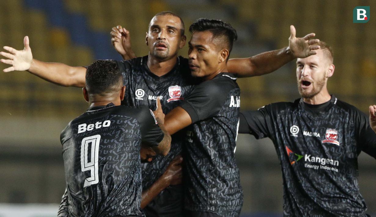 Selebrasi striker Madura United, Bruno Da Silva Lopes usai berhasil membobol gawang Persela Lamongan dalam laga matchday ke-3 Grup C Piala Menpora 2021 di Stadion Si Jalak Harupat, Bandung, Kamis (1/4/2021). (Bola.com/Ikhwan Yanuar)