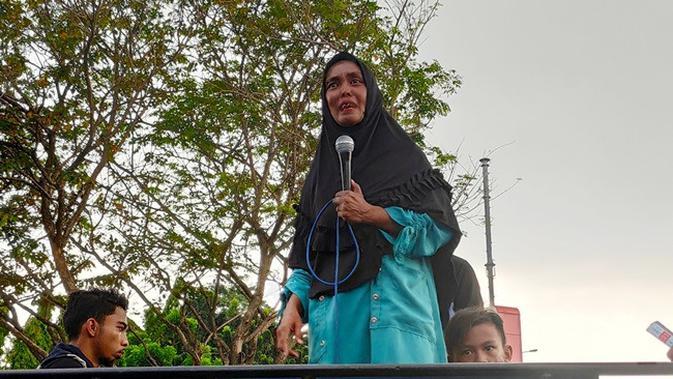 Maryatun menangis menyampaikan penganiayaan yang dialaminya di Mapolda Riau. (Liputan6.com/M Syukur)