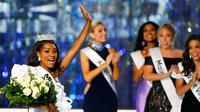 Miss New York Nia Franklin melambaikan tangan ke penonton usai dinobatkan sebagai Miss America 2019 di Atlantic City, New Jersey (9/10). Franklin 24 tahun telah menyelesaikan sarjana komposisi musik di East Carolina University. (AP Photo/Noah K. Murray)
