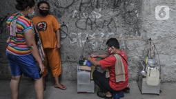 Warga beraktivitas mengenakan masker saat pemberlakuan karantina wilayah di RT 01 RW 04, Kelurahan Semper Barat, Cilincing, Jakarta Utara, Kamis (3/6/2021). Karantina wilayah diberlakukan selama 10 hari ke depan usai sebanyak 22 warga terkonfirmasi positif Covid-19. (merdeka.com/Iqbal S Nugroho)