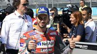 Senyum pembalap Ducati, Andrea Dovizioso usai memastikan posisi kedua pada kualifikasi MotoGP Aragon 2018. (Twitter/Ducati Motor)