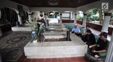 Peziarah berdoa di makam Pangeran Jayakarta, Jakarta, Senin (21/1). Kepala Dinas Pariwisata dan Kebudayaan DKI Jakarta Asiantoro menyatakan pihaknya akan memperluas kompleks makam Pangeran Jayakarta. (Merdeka.com/Iqbal Nugroho)