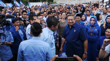 Ketua Umum Partai Demokrat, Susilo Bambang Yudhoyono (kedua kanan) usai menyampaikan pidato politik tahun 2018 di Cibinong, Kab Bogor, Jumat (5/1). Dalam pidatonya, SBY menyampaikan lima hal terkait Pilkada 2018. (Liputan6.com/Helmi Fithriansyah)