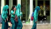 Instruksi pelepasan jilbab untuk pengambilan foto ijazah mendapatkan protes dari salah satu wali murid.