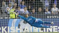 Kiper Real Madrid, Keylor Navas, menghalau bola saat melawan Leganes pada laga La Liga di Stadion Municipal Butarque, Senin (15/4). Kedua tim bermain imbang 1-1. (AP/Bernat Armangue)