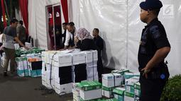 Personil Brimob menjaga proses penurunan dokumen barang bukti yang diajukan tim BPN 02 pada sidang perselisihan hasil Pilpres 2019 di area Mahkamah Konstitusi, Jakarta, Kamis (13/6/2019). Sidang perselisihan hasil Pilpres 2019 akan berlangsung Jumat (14/6). (Liputan6.com/Helmi Fithriansyah)