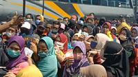 Pencairan bantuan langsung tunai (BLT) untuk UMKM di Cibungbulang, Kabupaten Bogor, Jumat (16/4/2021). (Liputan6.com/ Achmad Sudarno)