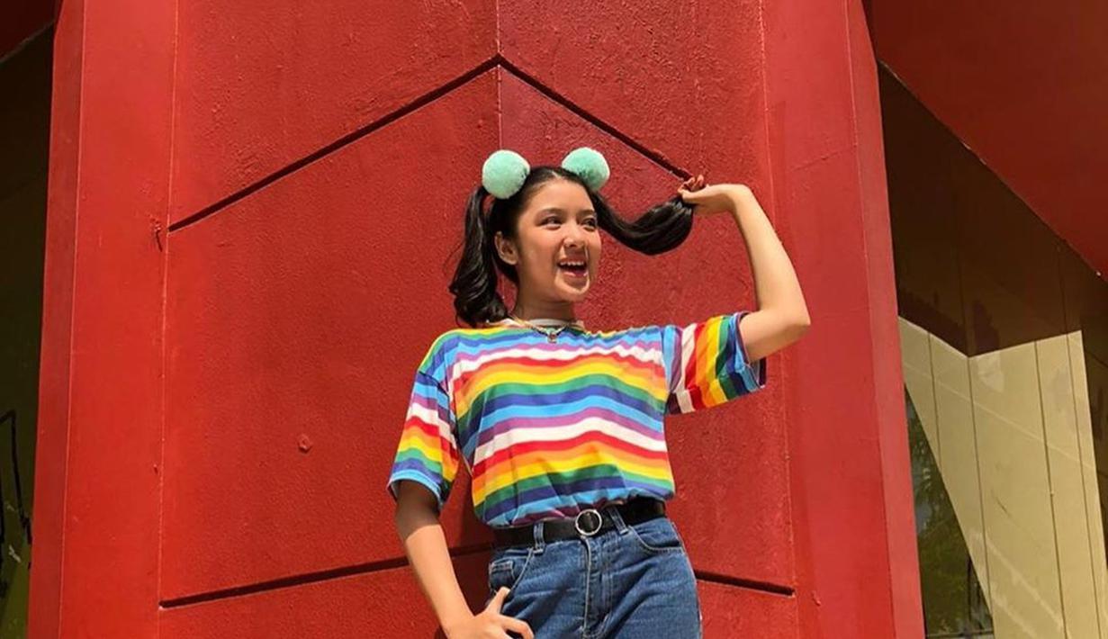 Pemilik nama lengkap Tiara Anugrah Eka Setyo Andini  selalu berhasil tampil modis. Seperti saat menguncir dua rambutnya. Tiara terlihat begitu trendi dengan pakaian warna-warni yang dipakainya. (Liputan6.com/IG/@tiaraandini)