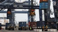 Aktivitas bongkar muat peti kemas di Pelabuhan Tanjung Priok, Jakarta, Jumat (25/5). Menkeu Sri Mulyani Indrawati menilai tren yang terjadi pada capaian ekspor-impor 2018 masih tergolong sehat. (Liputan6.com/Angga Yuniar)