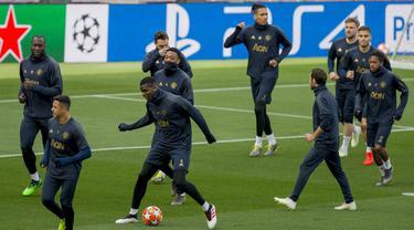 Para pemain Manchester United saat latihan jelang laga Liga Champions di Barcelona, Senin (16/4). Barcelona akan berhadapan dengan Manchester United. (AP/Joan Monfort)