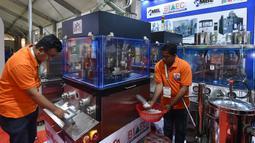 Peserta pameran menunjukkan mesin pencetak tablet dalam Pameran Farmasi Asia di Dhaka, Bangladesh, Jumat (28/2/2020). Pameran yang berfokus pada produk dan layanan medis serta teknologi farmasi ini berlangsung pada28 Februari hingga 1 Maret 2020. (Xinhua/Str)