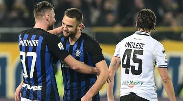 Pemain Inter Milan, Milan Skriniar dan Stefan de Vrij, merayakan kemenangan atas Parma pada laga Serie A di Stadion Ennio-Tardini, Sabtu (9/2). Inter Milan menang 1-0 atas Parma. (AFP/Miguel Medina)