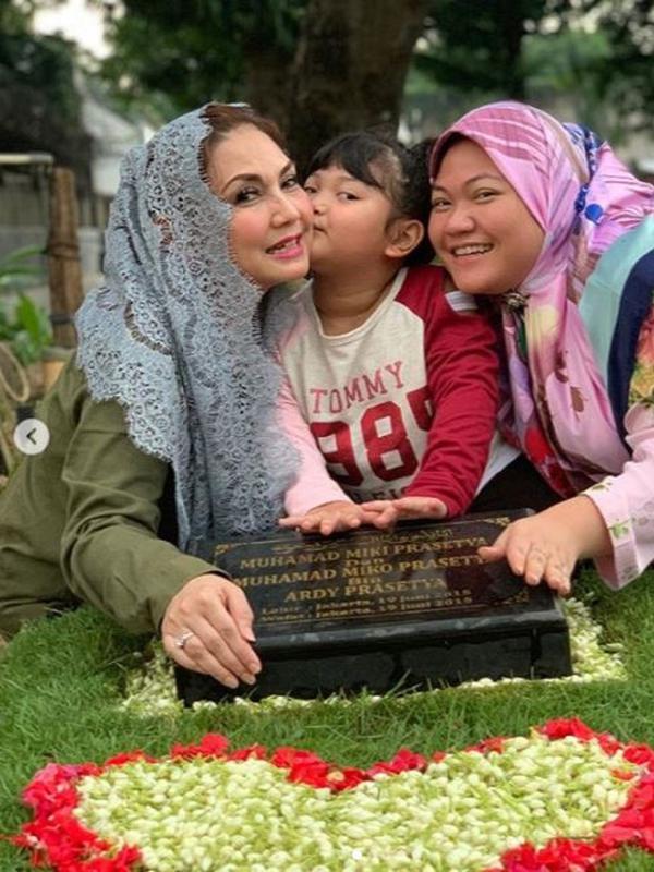 Nia Daniaty bersama anak dan cucunya saat berziarah (Dok.Instagram/@niadaniatynew/https://www.instagram.com/p/BxFsUxWhCQP/Komarudin)
