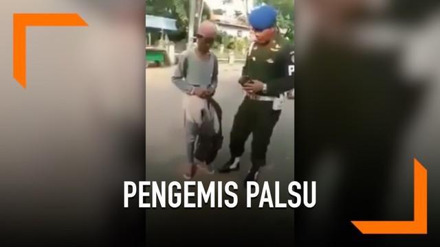 Seorang pengemis yang pura-pura berkaki satu terciduk oleh TNI. Saat ditangkap, pelaku menggunakan empat celana demi memuluskan aksinya.