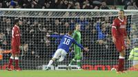 Pemain Everton, Gylfi Sigurosson, melakukan selebrasi usai mencetak gol ke gawang Liverpool pada laga Piala FA di Stadion Anfield, Jumat, (5/1/2017). Liverpool menang 2-1 atas Everton. (AP/Rui Vieira)