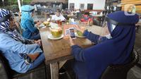 Pelayan mengenakan pelindung wajah saat melayani pengunjung di Restoran Bandar Djakarta, Alam Sutra, Tangerang Selatan, Banten, Rabu (10/6/2020). Tangerang dan Tangerang Selatan menjalankan PSBB transisi menuju kenormalan baru dengan menerapkan protokol kesehatan COVID-19. (merdeka.com/Arie Basuki)