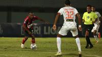 Pemain Persipura Jayapura, Yohanes Pahabol (kiri) mengontrol bola dibayangi pemain Persija Jakarta, Rohit Chand  dalam laga pekan ke-3 BRI Liga 1 2021/2022 di Stadion Indomilk Arena, Tangerang, Minggu (19/9/2021). (Bola.com/Ikhwan Yanuar)