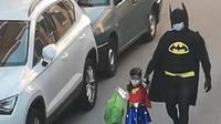 Lelaki  Spanyol bersama putrinya melakukan parade kostum unik saat membuang sama selama masa isolasi akibat pandemi corona covid-19 (Dok.Instagram/https://www.instagram.com/p/B_0fhOBnKRA/Komarudin)