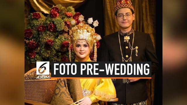 Cut meyriska dan Roger Danuarta resmi bertunangan pada 28 Juli 2019. Keduanya kompak saling unggah foto dengan balutan baju adat di Instagram.