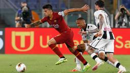 Gelandang AS Roma, Diego Perotti menggiring bola dari kejaran pemain Udinese Rodrigo Becao dan Rodrigo De Paul  pada pertandingan lanjutan Liga Serie A Italia di stadion Olimpiade Roma, Italia (2/7/2020). Roma takluk 0-2 atas Udinese. (AP Photo/Riccardo de Luca)