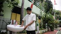 Petugas membersihkan tempat cuci tangan di SD Negeri Kota Bambu 03/04, Jakarta, Sabtu (21/11/2020). Pemerintah pusat memberikan kewenangan pemerintah daerah membuka sekolah dan melakukan pembelajaran tatap muka pada semester genap tahun ajaran 2020/2021. (Liputan6.com/Faizal Fanani)