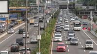 Sejumlah kendaraan melintasi tol dalam kota di kawasan Semanggi, Jakarta, Rabu (13/2). PT Jasa Marga Tbk (persero), mengumumkan akan melakukan penyesuaian tarif untuk 15 ruas jalan tol tahun 2019. (Liputan6.com/Faizal Fanani)