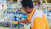 Petugas kebersihan di Kuala Lumpur International Airport (KLIA) bersih-bersih guna cegah penyebaran virus corona. (dok. Facebook/Malaysia Airports)