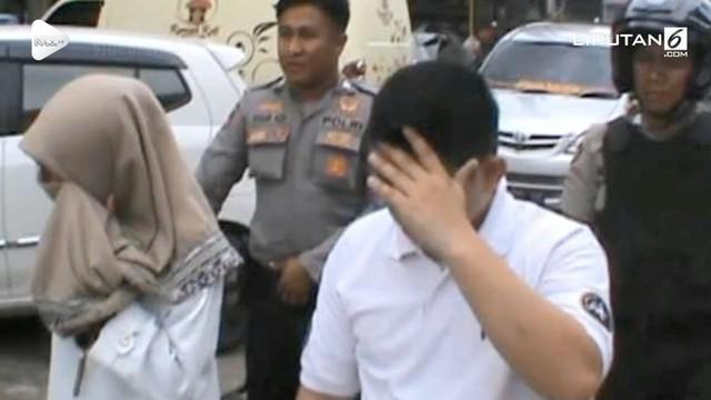 Seorang pria kepergok warga sedang 'indehoy' di dalam mobil bersama mahasiswi. Setelah diperiksa ternyata pria tersebut telah beristri.