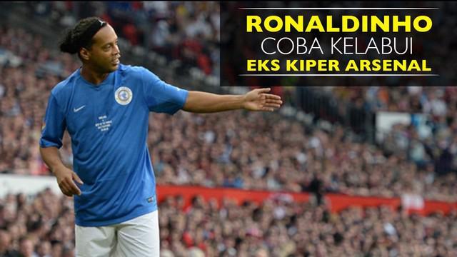 Ronaldinho kembali mencoba mengelabui eks kiper Arsenal dengan tendangan bebasnya seperti yang pernah ia lakukan 14 tahun silam