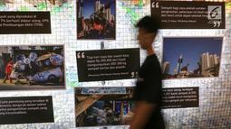 Pengunjung melintas pameran foto pada pameran edukasi Inspiraktif di FX Senayan, Jakarta, Senin (30/9/2019). Pameran yang digelar Coca Cola Indonesia merupakan bagian komitmen dari World Without Waste. (Liputan6.com/Fery Pradolo)