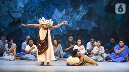 Pemain mempertunjukkan teater yang menggabungkan film, dance, dan lagu berjudul Planet Sebuah Lament di Teater Jakarta, TIM, Jakarta, Kamis (16/1/2020). Pertunjukkan ini mengusung perpaduan budaya Indonesia Timur (Melanesia) yang mengambil referensi tablo jalan salib. (Liputan6.com/Fery Pradolo)