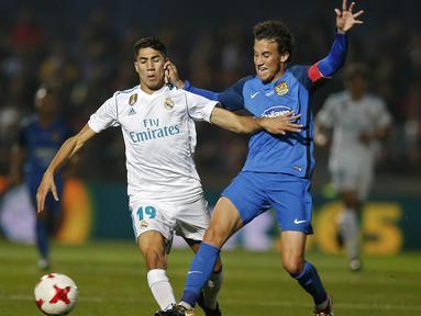 Bek Real Madrid, Achraf Hakimi, berebut bola dengan gelandang Fuenlabrada, Luis Milla, pada laga Copa del Rey di Stadion Fernando Torres, Madrid, Kamis (26/10/2017). Fuenlabrada kalah 0-2 dari Madrid. (AP/Francisco Seco)