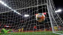 Penyerang Spanyol Alvaro Morata mencetak gol ke gawang Swedia dalam laga kualifikasi Grup F Piala Eropa 2020 di Stadion Santiago Bernabeu, Madrid, Senin (10/6/2019). Spanyol membantai Swedia 3-0. (AP Photo/Manu Fernandez)