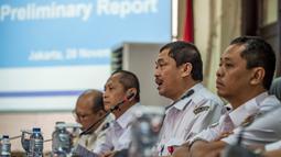 Wakil Ketua KNKT Haryo Satmiko saat konferensi pers kecelakaan pesawat Lion Air PK-LQP di Jakarta, Rabu (28/11). KNKT mengungkap temuan awal investigasi jatuhnya Lion Air PK-LQP dan rekomendasi bagi Lion Air untuk keselamatan penerbangan. (Bay ISMOYO/AFP)