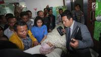Ketua DPR, Setya Novanto saat dibawa keluar dari RS Medika Permata Hijau, Jakarta, Jumat (17/11). Setnov akan dipindah ke RS Cipto Mangunkusumo. (Liputan6.com/Helmi Fithriansyah)