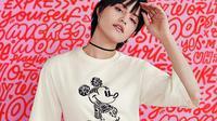 T-shirt dinamis yang unik dengan gambar Mickey Mouse dari Uniqlo.